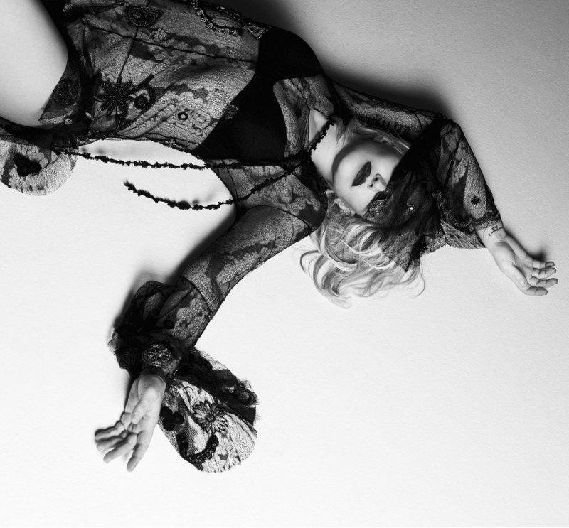 courtney-love-by-paola-kudacki-for-garage-magazine-fw-2013-14-6